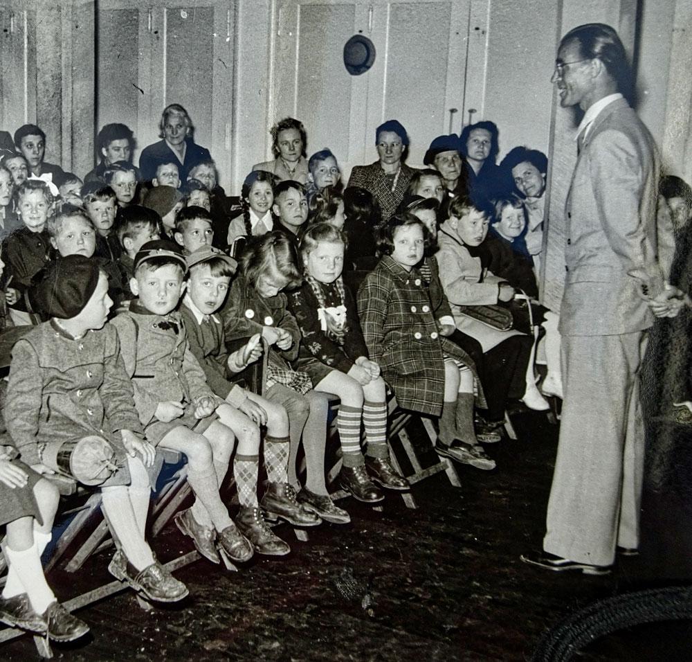 Hans Botsch als junger Lehrer vor seinen Schülern